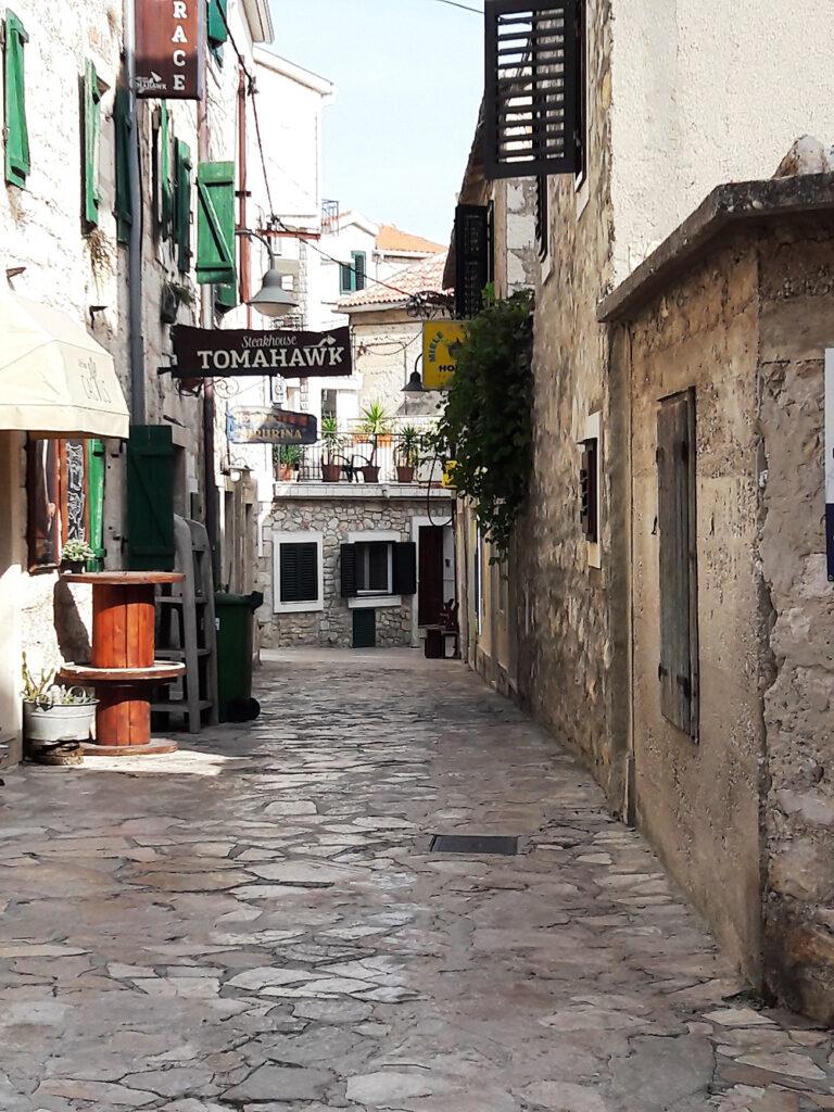 Blick in eine Gasse der historischen Altstadt von Zadar
